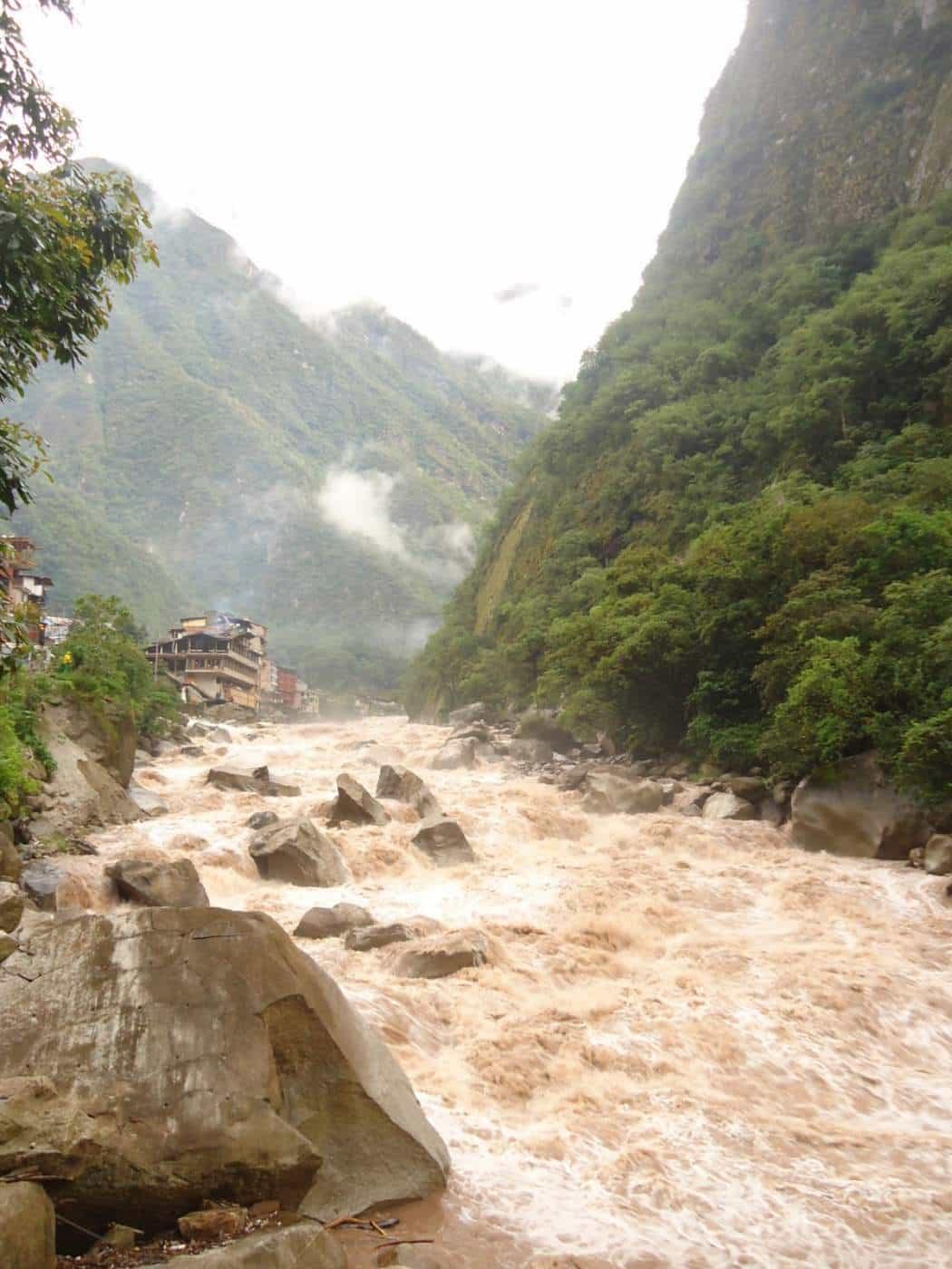 rieka pri machu picchu urubamba